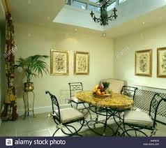 oberlicht über scagliola tisch und metall stühle esszimmer