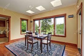 helles esszimmer inter design mit eleganten tabelleneinstellung hat holzboden und schönen blauen orientalischen teppich
