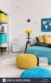 7 8 bild eines modernen gelb und blau schlafzimmer