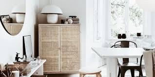 weißes und braunes esszimmer mit rundem spiegel und ikea