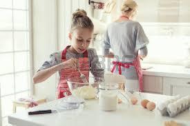 cuisine maman maman avec ses 9 ans fille sont la cuisson dans la cuisine pour la