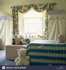 blaue gelb floral gardinen und gestreifte bettwäsche in