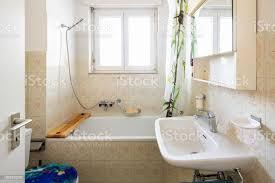 vintage bad mit grünen fliesen und fenster stockfoto und mehr bilder alt