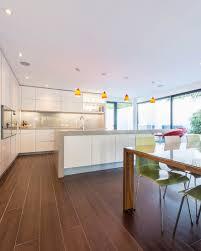 offene küche mit esstisch und fliesen in bild kaufen
