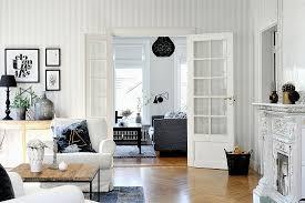 wohnzimmer in schwarz weiß mit doppeltür bild kaufen