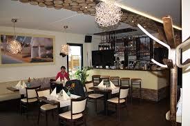 modern und hell ist das restaurant eingerichtet bild