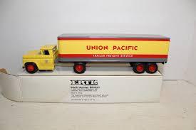 100 Ertl Trucks Diecast Union Pacific Tractor Trailer Semi Truck Model B618UO