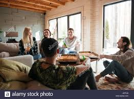 gruppe fröhlichen jungen menschen pizza essen und