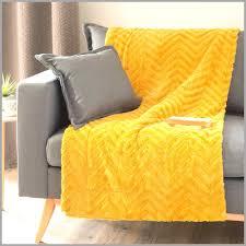 jet de canap jaune jeté de lit imitation fourrure 1069336 jet de lit jaune 1 avec le