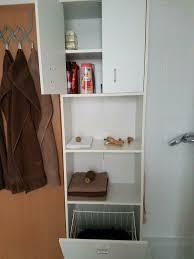 badezimmerschrank mit wäschekorb