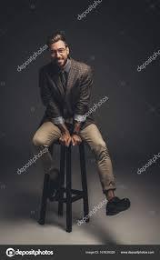 si e de bar uomo in vestito che si siede su sgabelli da bar foto stock