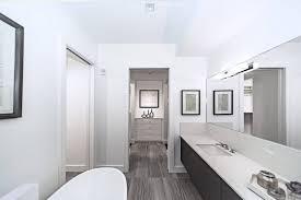 was enthält das benutzerdefinierte badezimmer einer frau