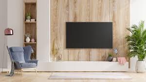 smart tv an der holzwand im wohnzimmer mit sessel