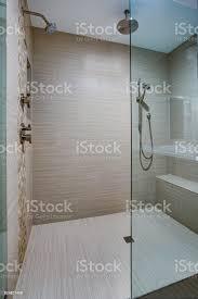 schicke begehbare dusche mit integrierter sitzbank stockfoto und mehr bilder architektur