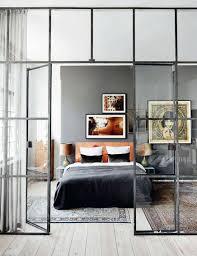 glazen muur met industrieel kozijn in woonkamer inrichting