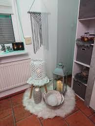 wohnzimmer weiß grau kunstfell laterne