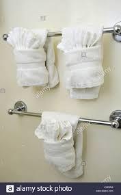 sauber und gefaltet weiße handtücher im bad aufhängen