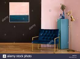 marine blau sessel neben einem gold le in schwarz und