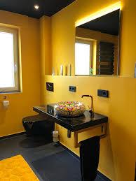 modernes badezimmer in schwarz und gold homify