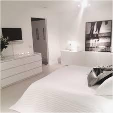 ikea schlafzimmer in weiß schmales hohes regal