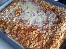 einfacher buttermilchkuchen mit mandeln und heißer sahne