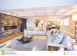 gemütliches wohnzimmer mit einer steinwand stockbild bild