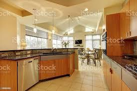 große moderne holz küche mit wohnzimmer mit hoher decke stockfoto und mehr bilder arbeitsplatte