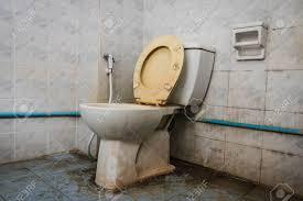 schließen schmutzig toilette mit wasserspülung in haus