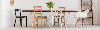 weiß esszimmer mit holztisch und design stühle