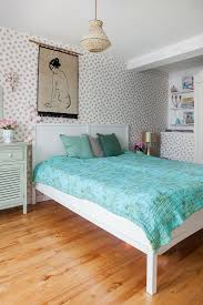 gepunktete tapete im schlafzimmer in bild kaufen