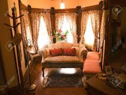 antike möbel in einer sitzecke aus einem schlafzimmer viktorianischen stil
