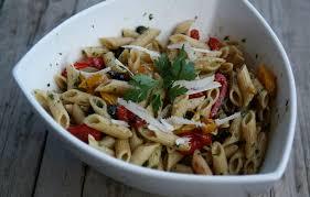 salade de pâtes aux poivrons olives tomates confites et pesto de
