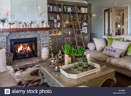 gemütliches wohnzimmer mit lodernden feuers stockfotografie