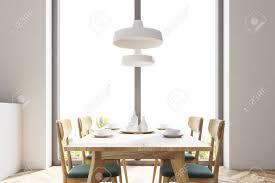 weißes panorama esszimmer und küche mit holzboden und langem holztisch mit stühlen in der nähe moderne deckenleuchten 3d rendering