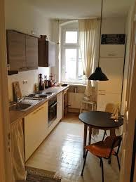 gemütliche kücheneinrichtung mit dielenboden hohem fenster