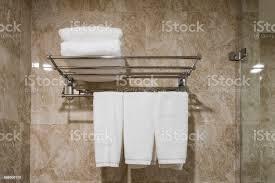 weißen sauberes handtuch aufhängen mit gestapelt auf der schiene im badezimmer stockfoto und mehr bilder alt