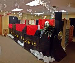 Christmas Office Decorating Ideas For The Door by Best 25 Christmas Desk Decorations Ideas On Pinterest Office