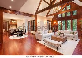 schönes und riesiges wohnzimmer mit parkettboden hoher