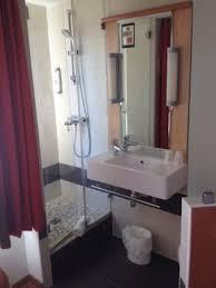 salle d eau chambre salle d eau ouverte sur la chambre single photo de ibis