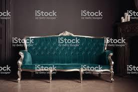 luxuriöses antikes velours sofa türkis farbe neben dem kamin stockfoto und mehr bilder alt