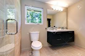 new einfache moderne badezimmer mit doppelwaschbecken und natürliche farbe fliesen