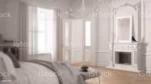 unschärfe hintergrund interior design moderne skandinavische schlafzimmer im klassischen vintagewohnzimmer mit kamin stockfoto und mehr bilder