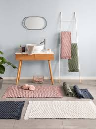 jedes badezimmer braucht einen passenden teppich oder eine
