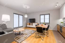 weiße loft wohnung mit wohnzimmer und offener küche
