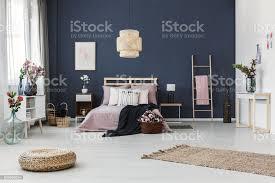 dunkel blaue wand im schlafzimmer stockfoto und mehr bilder behaglich