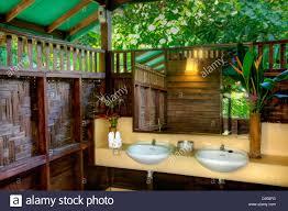 baumhaus badezimmer im our jungle house eine lodge im