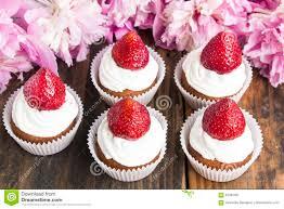 kleine kuchen mit erdbeeren stockbild bild frucht