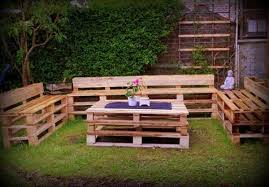 Turn Wooden Pallets into DIY Garden Table