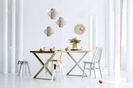 granatäpfel auf holztisch und boden im esszimmer interieur mit einer uhr an der wand