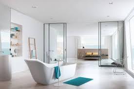 luxusbad mit riesendusche und freistehender badewanne